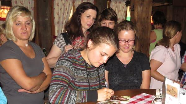 BergdoktorFantreffen2014_Ronja Forcher schreibt Autogramme_Foto_Juergen Schulze